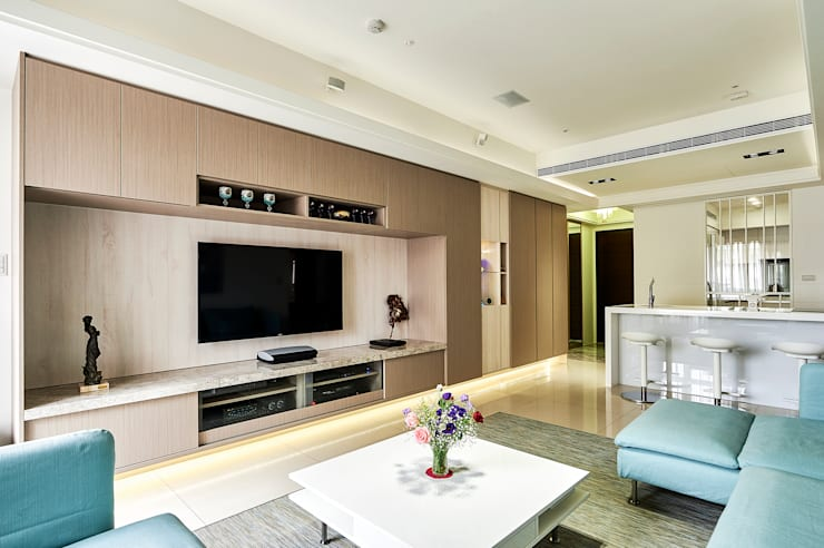 橫跨客餐廳的主牆放大場景:  客廳 by 青瓷設計工程有限公司