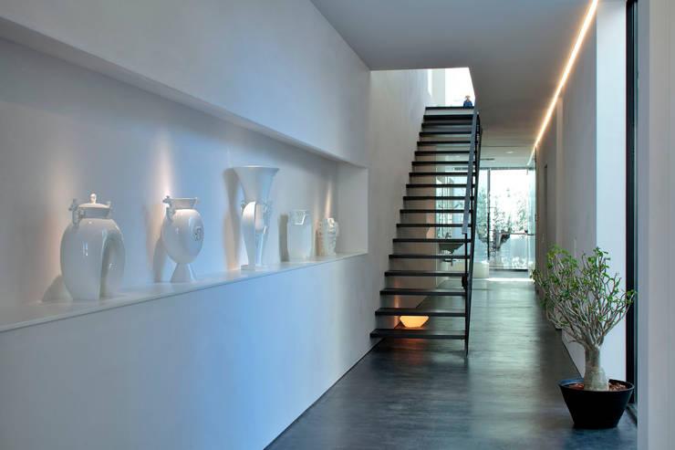 浜田山の家: 遠藤誠建築設計事務所(MAKOTO ENDO ARCHITECTS)が手掛けた廊下 & 玄関です。