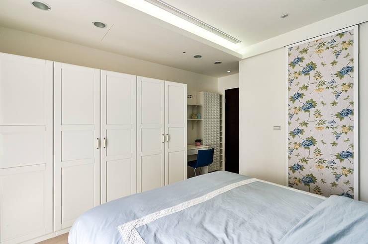 濃郁藍調的個性主臥室 :  臥室 by 青瓷設計工程有限公司