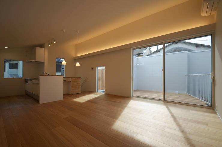 保谷O邸: 遠藤誠建築設計事務所(MAKOTO ENDO ARCHITECTS)が手掛けたリビングです。