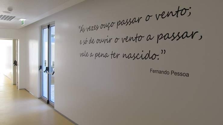 Unidade de Cuidados Continuados de Coruche: Corredores e halls de entrada  por MARIA ILHARCO DE MOURA ARQUITETURA DE INTERIORES E DECORAÇÃO,