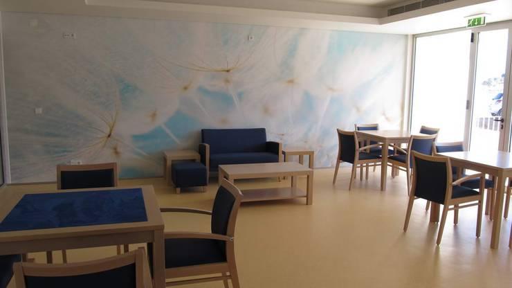 Unidade de Cuidados Continuados de Coruche: Salas de estar  por MARIA ILHARCO DE MOURA ARQUITETURA DE INTERIORES E DECORAÇÃO,