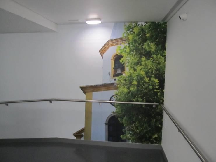 Unidade de Cuidados Continuados de Ponte de Sor: Corredores e halls de entrada  por MARIA ILHARCO DE MOURA ARQUITETURA DE INTERIORES E DECORAÇÃO,