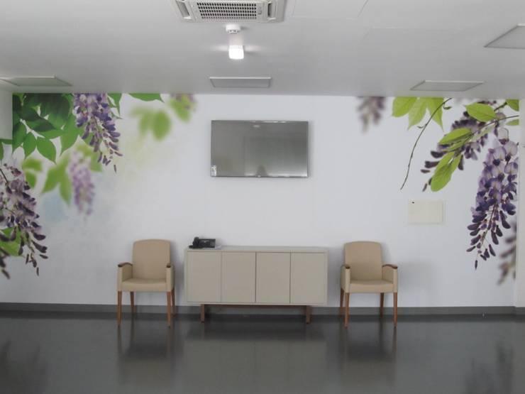 Unidade de Cuidados Continuados de Ponte de Sor: Salas de estar  por MARIA ILHARCO DE MOURA ARQUITETURA DE INTERIORES E DECORAÇÃO,