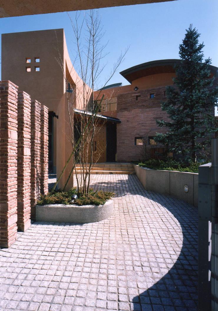 石畳のアプローチ 地中海風 家 の 豊田空間デザイン室 一級建築士事務所 地中海 石