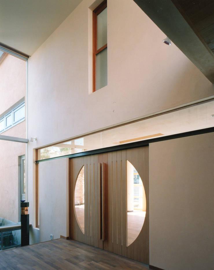 ホールからリビング出入口を見る 地中海スタイル 玄関&廊下&階段 の 豊田空間デザイン室 一級建築士事務所 地中海