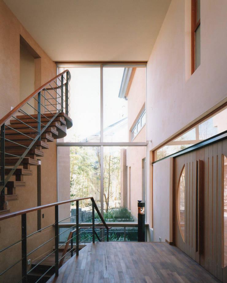 玄関から坪庭を見る 地中海スタイル 玄関&廊下&階段 の 豊田空間デザイン室 一級建築士事務所 地中海