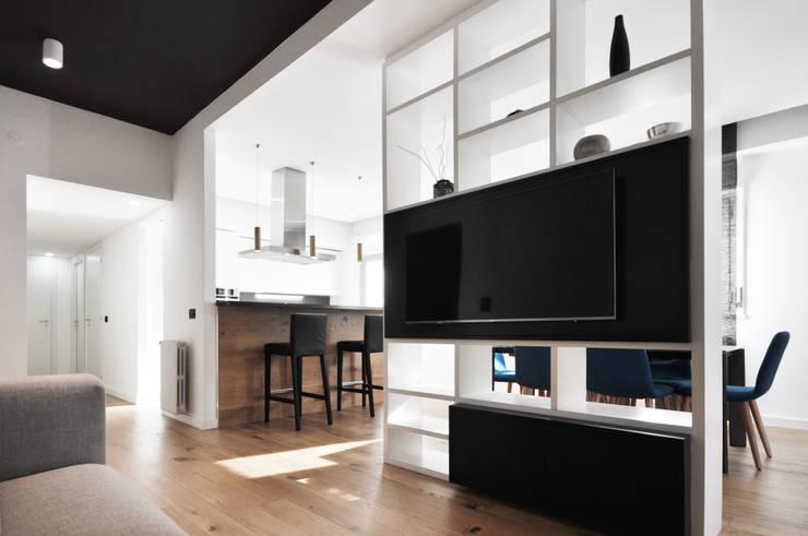casa AB: Soggiorno in stile  di degma studio, Moderno