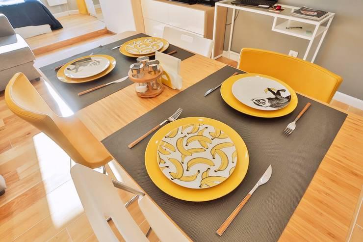 Солнечная квартира-студия в ЖК Бумеранг: Столовые комнаты в . Автор – Студия дизайна Дмитрия Артемьева 'Prosto Design'