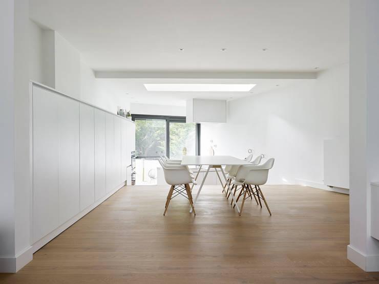 une paysage à habiter:  Eetkamer door White Door Architects, Minimalistisch