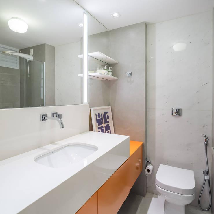 Reforma de apartamento - Simmetria Arquitetura: Banheiros modernos por Joana França