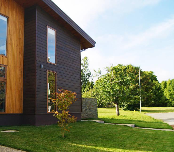 Fachada: Jardines de estilo  por Smartlive Studio