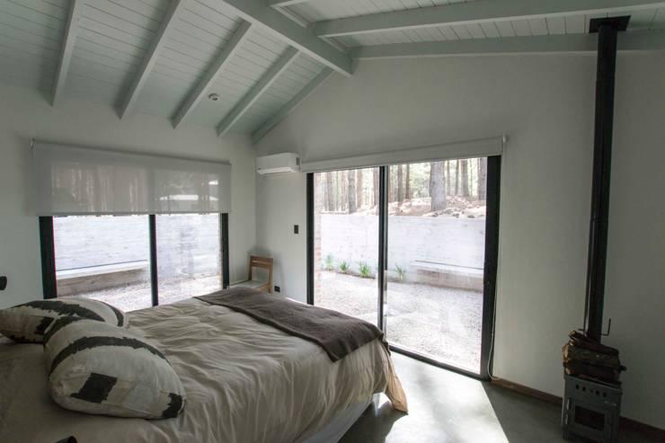 Casa El Faro 01.   Carmelo, Uruguay: Dormitorios de estilo  por TC Estudio