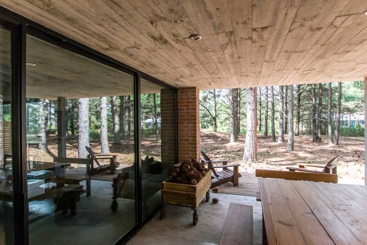 Casa El Faro 01.   Carmelo, Uruguay: Casas de estilo  por TC Estudio