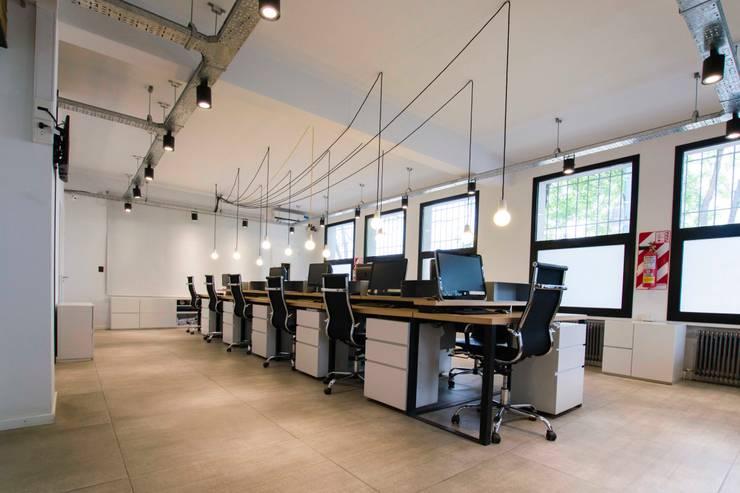 Oficinas La Santa Teresita: Estudios y oficinas de estilo  por TC Estudio,