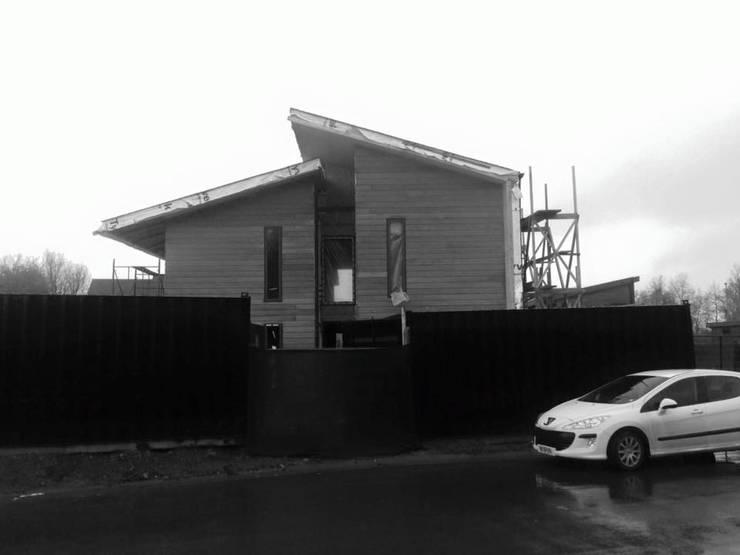 Construcción fachada poniente : Paredes de estilo  por Smartlive Studio