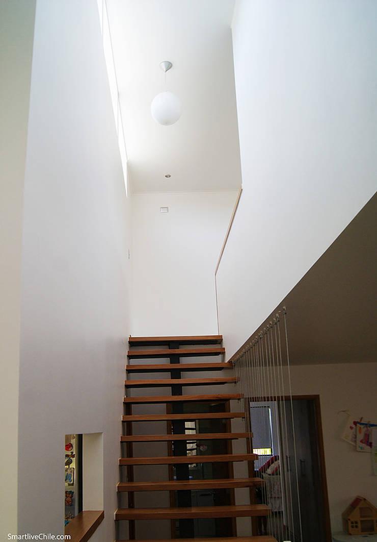 Escalera: Pasillos y hall de entrada de estilo  por Smartlive Studio