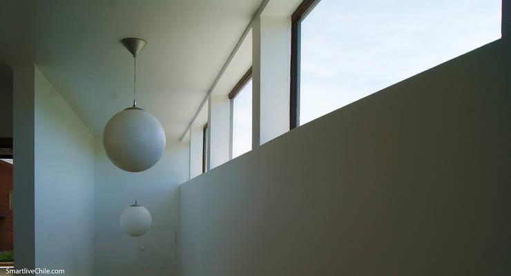 Iluminación escalera : Pasillos y hall de entrada de estilo  por Smartlive Studio