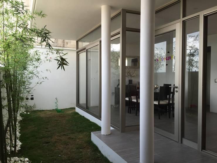 Jardín: Jardines de estilo moderno por Cahtal Arquitectos