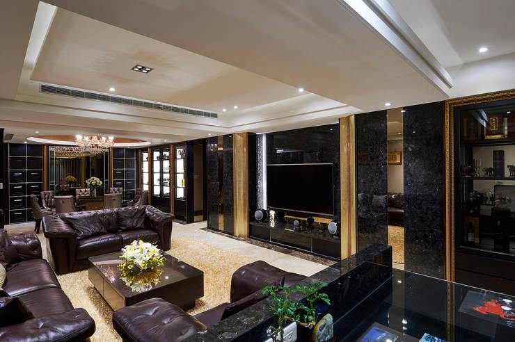尊奢電視牆櫃隱藏樑柱、秀出大器:  客廳 by 青瓷設計工程有限公司