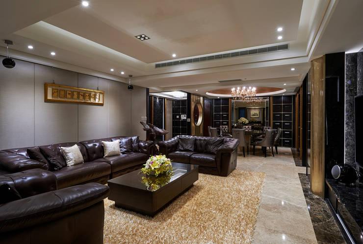沙發主牆適度留白更顯素淨優雅:  客廳 by 青瓷設計工程有限公司