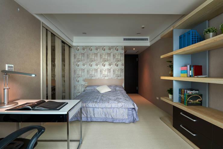 休憩、辦公兩相宜的恬靜秘書臥室:  臥室 by 青瓷設計工程有限公司