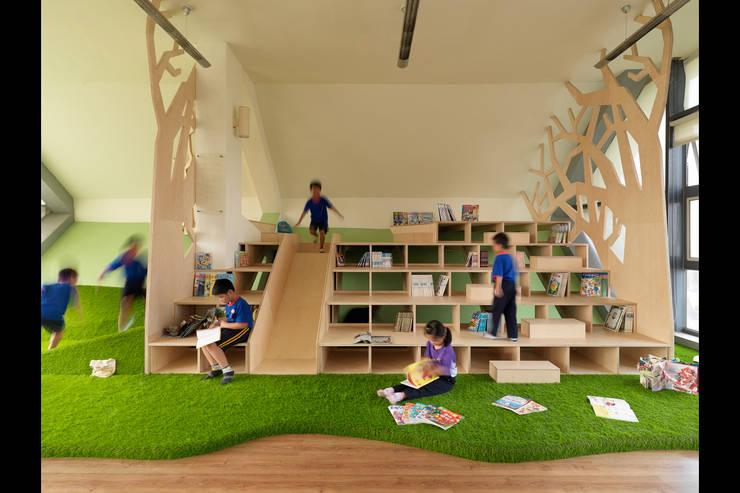 書數樹屋:  書房/辦公室 by 築築空間