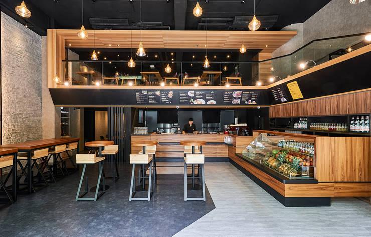 挑高VS動線加寬設計,成就大器格局:  餐廳 by 青瓷設計工程有限公司