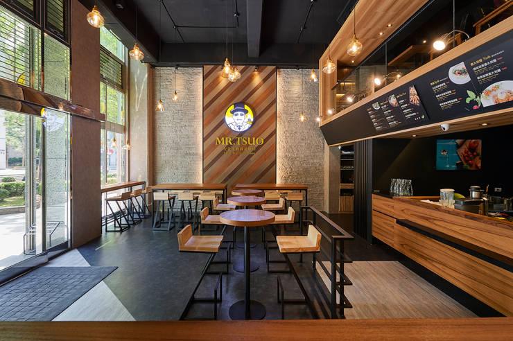 三種木皮共構自然紓壓的招牌主牆:  餐廳 by 青瓷設計工程有限公司