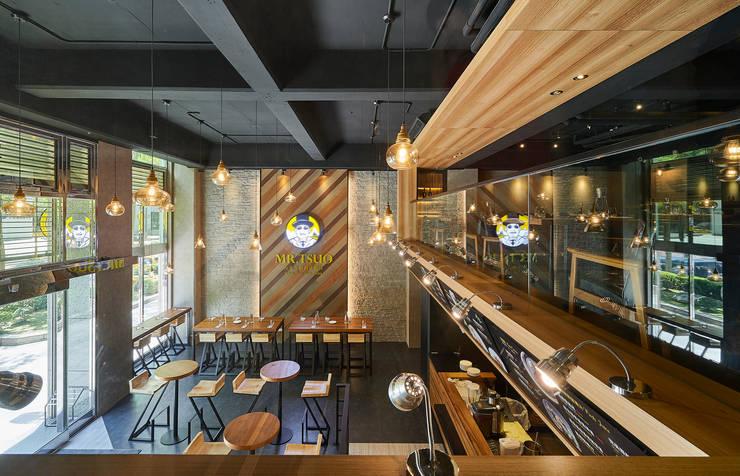 挑高格局與點點燈光營造寬奢低調美感:  餐廳 by 青瓷設計工程有限公司