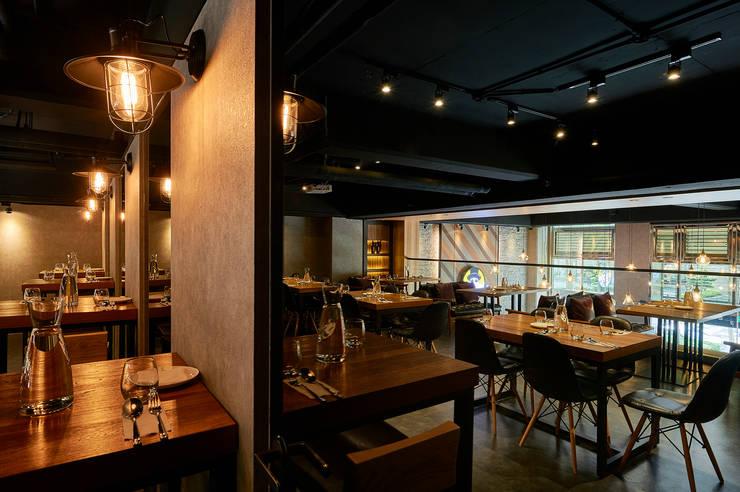牆側配合鏡面反映雙倍空間感:  餐廳 by 青瓷設計工程有限公司