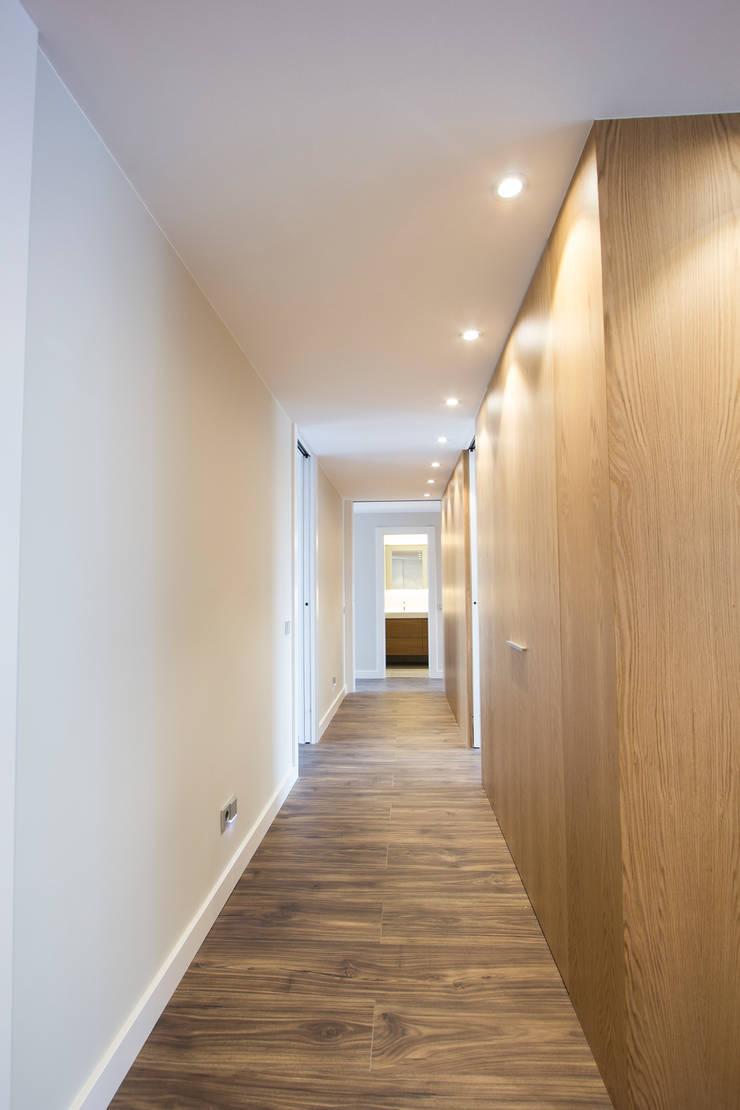 Pasillo y Hall: Pasillos y vestíbulos de estilo  de Bocetto Interiorismo y Construcción,