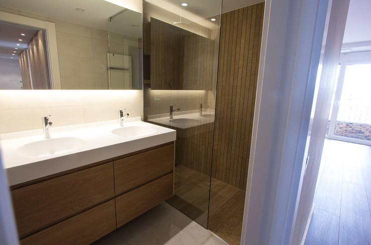 Baño principal: Baños de estilo  de Bocetto Interiorismo y Construcción,
