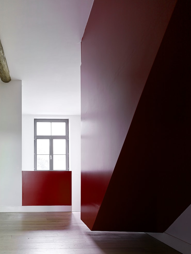 villa 1:  Gang en hal door White Door Architects