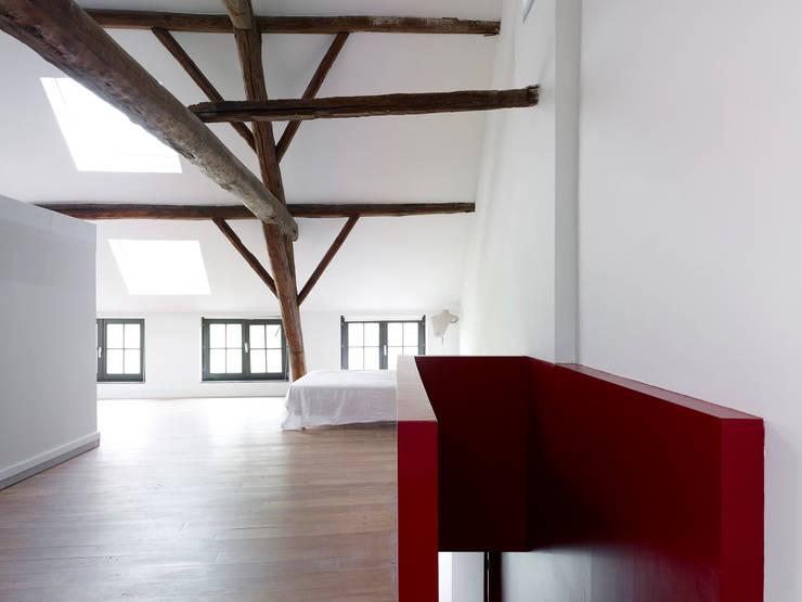 villa 1:  Slaapkamer door White Door Architects
