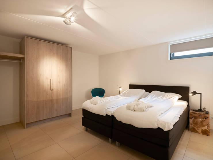Duingolf Ameland:  Slaapkamer door Hinabaay, Modern