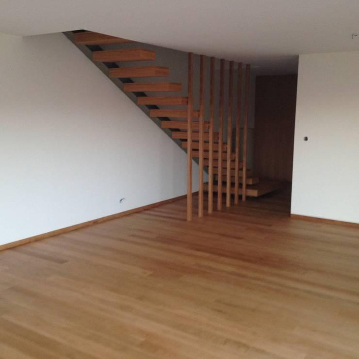 Habitação unifamiliar: Salas de estar  por face lda,