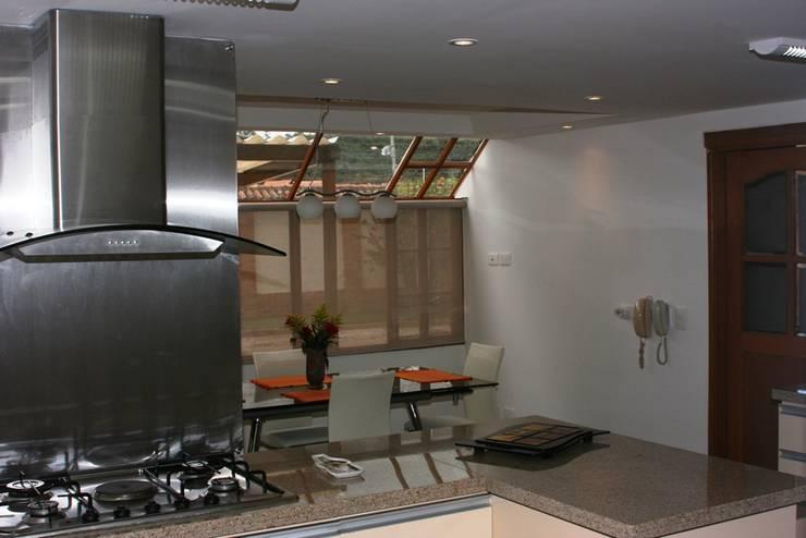 DESPUES: Cocinas de estilo moderno por bdl concept/studio
