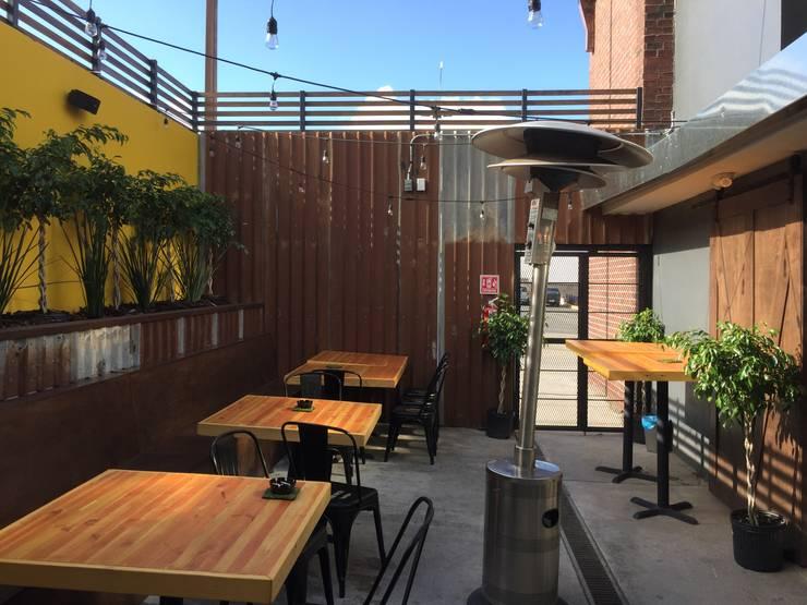 Biergarten: Terrazas de estilo  por Constructora Marqco