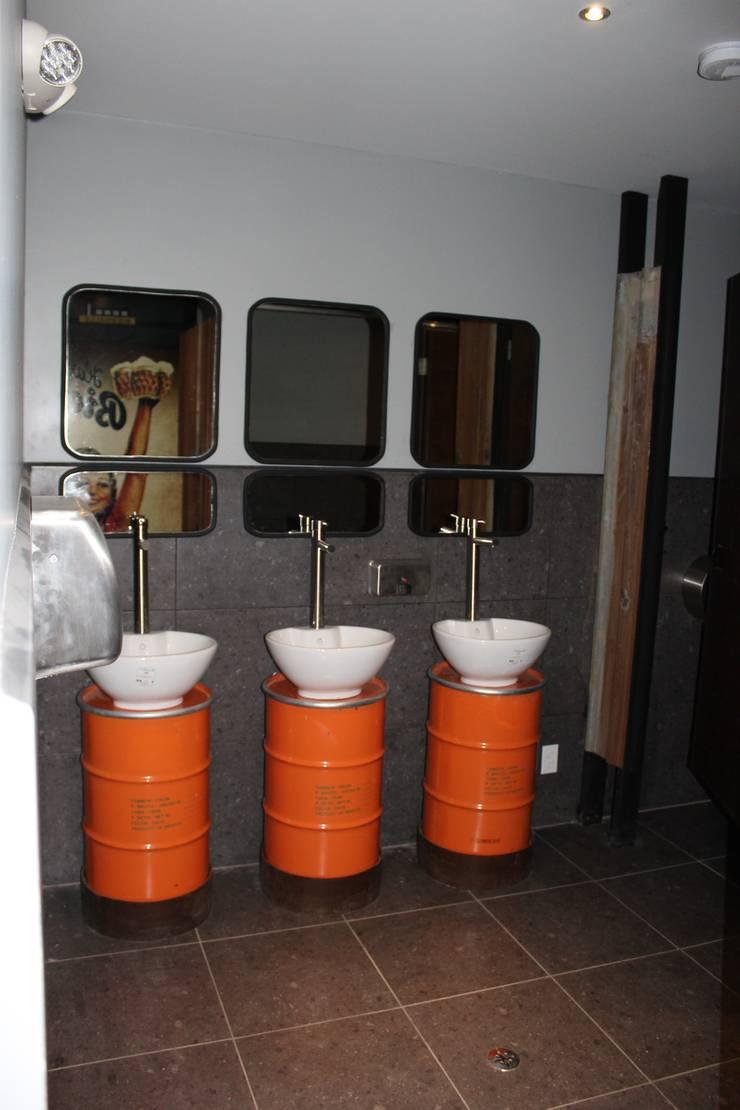 Lavamanos: Baños de estilo  por Constructora Marqco