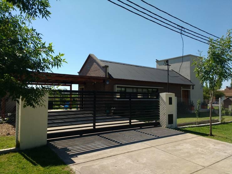 Vivienda Unifamiliar en Hostal del Sol: Casas de estilo  por Estudio y Taller de Arquitectura