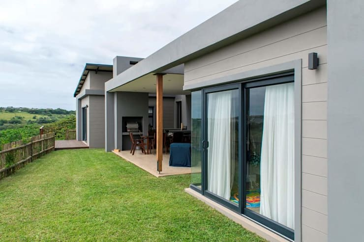 Modern family home in the heart of Simbithi Eco Estate:  Garden by CA Architects