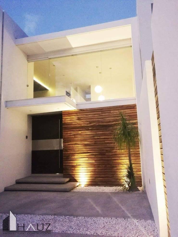 ACCESO: Casas de estilo  por HAUZ-ARQ