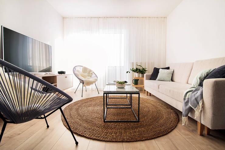 غرفة المعيشة تنفيذ Pracownia projektowa Na Antresoli