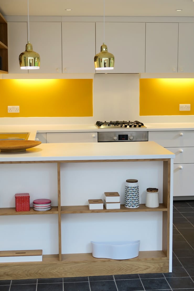 White Kitchen with yellow splash-back:  Kitchen by A2studio