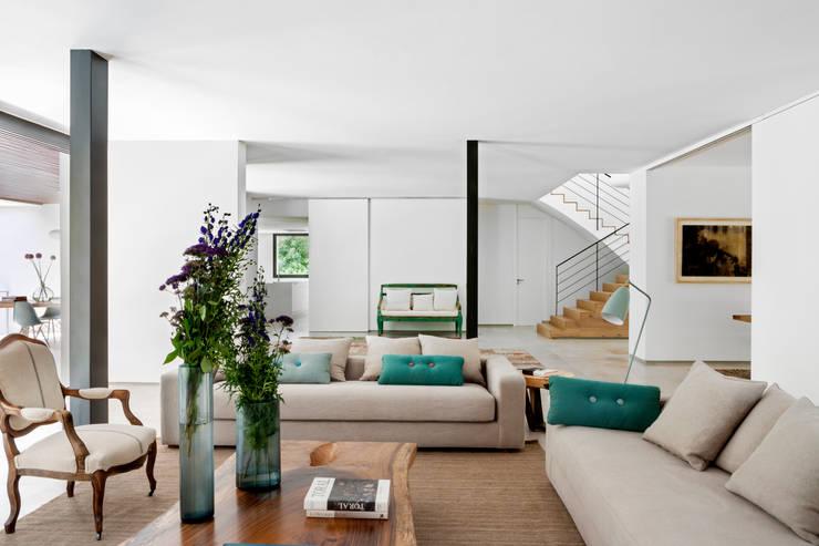 Salas / recibidores de estilo  por ÁBATON Arquitectura