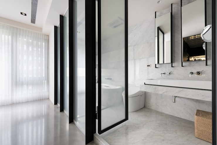 Baños de estilo moderno por 直譯空間設計有限公司