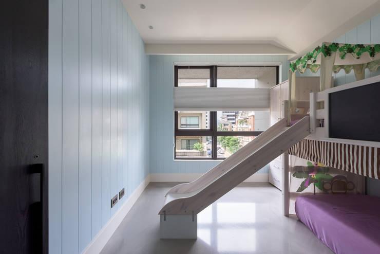 內湖 御和園 邱宅:  嬰兒房/兒童房 by 直譯空間設計有限公司