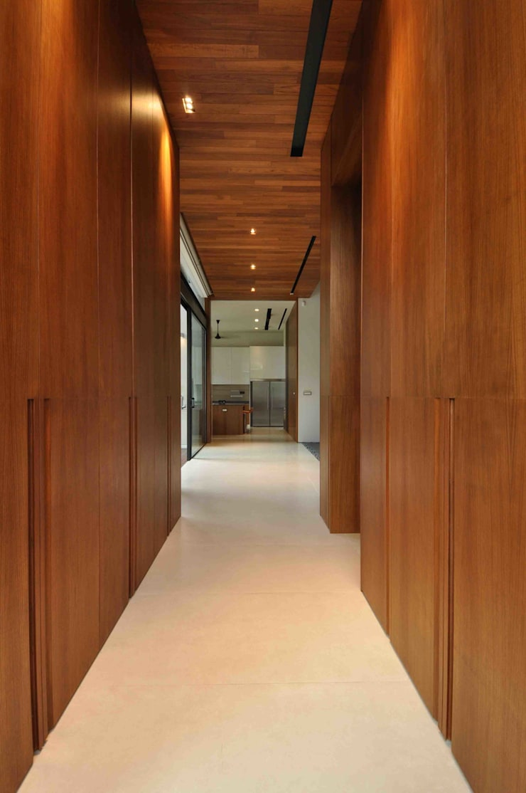 Sunset House:  Corridor, hallway by ming architects