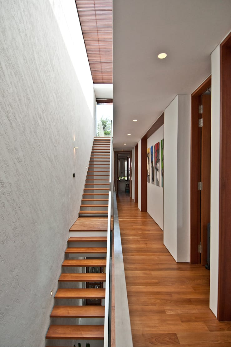 Moonbeam House:  Corridor, hallway by ming architects